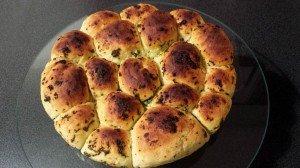 Rosace de pain à l'ail et basilic