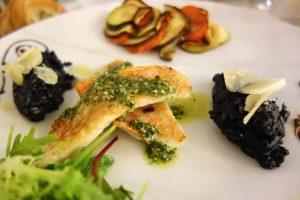 Aux Tours de la Perot : Filet de Rouget Barbet et son risotto à l'encre de seiche et shitaké, parmesan
