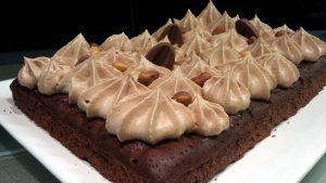 Brownie chocolat noir, noisette et ganache montée au lait et tonka